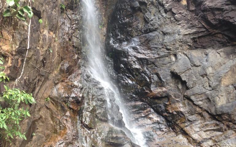 На верхушке водопада