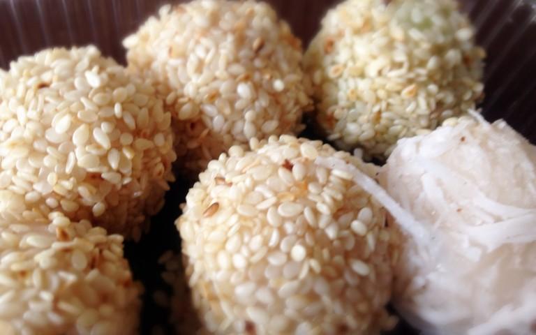 Кокосовые шарики в кунжуте