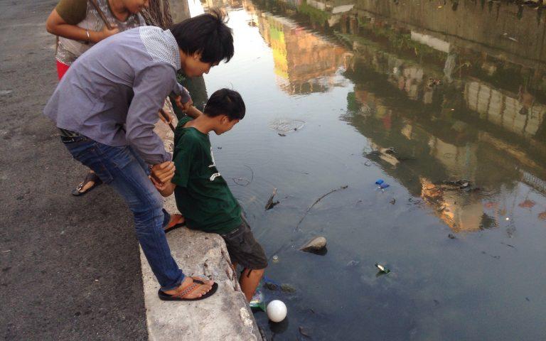 Опускание мальчика в воду