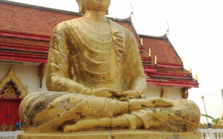 Будда у храма