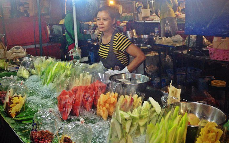 Продажа фруктов на ночном рынке