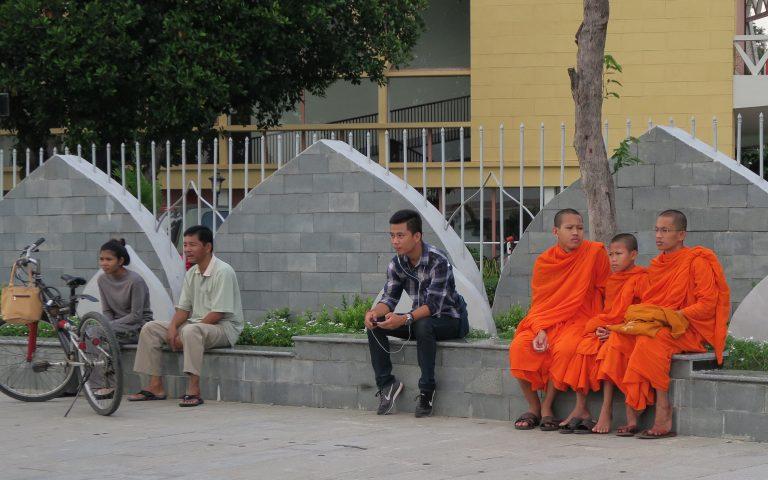 Монахи на набережной Пномпеня