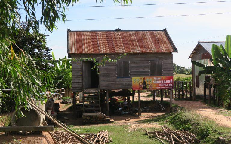 Камбоджийский дом на обочине