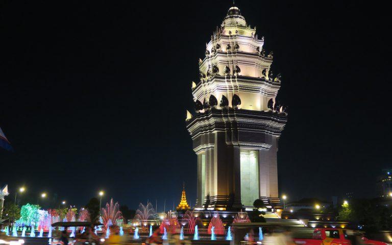 Монумент Независимости в Пномпене с раскладушкой
