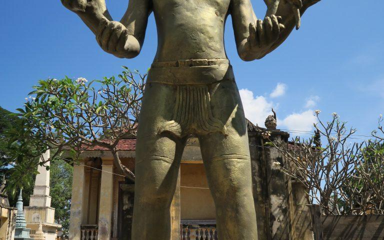Статуя Вишну в буддийском храме