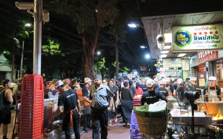 Очередь за тайским блюдом Падтай