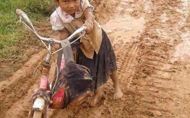 Деревенская дорога в Лаосе в сезон дождей