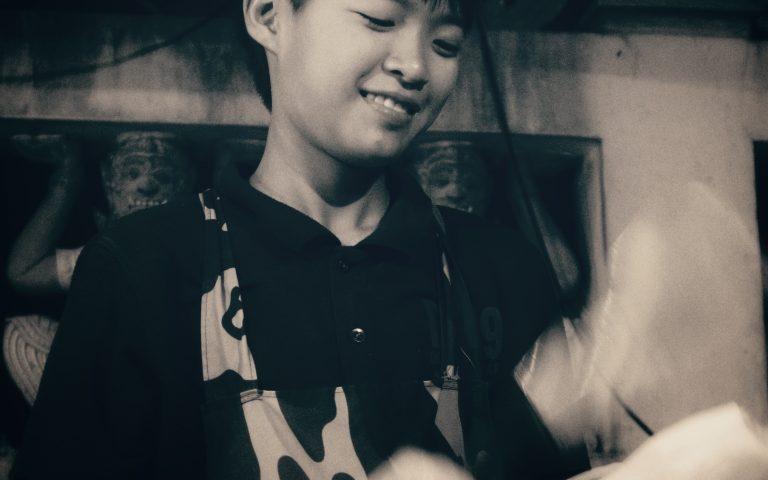 Молодой продавец Сом Тама 2