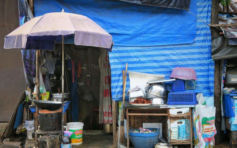 Ресторан-палатка в рабочем квартале
