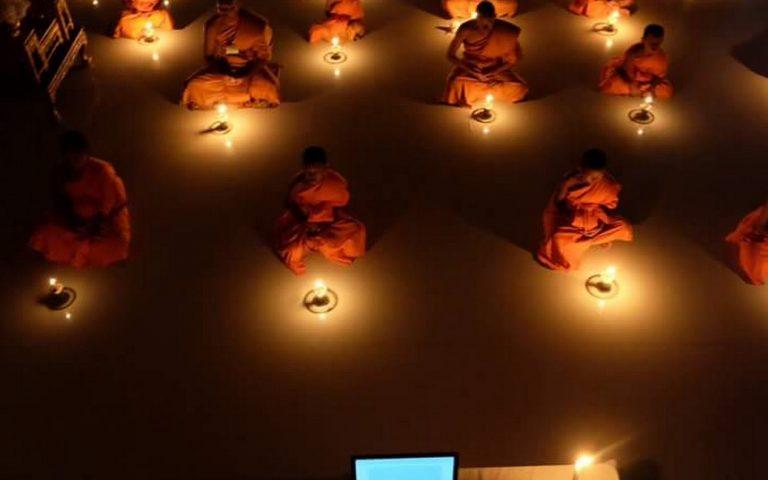 Церемония, свечи, ноутбук, мышка