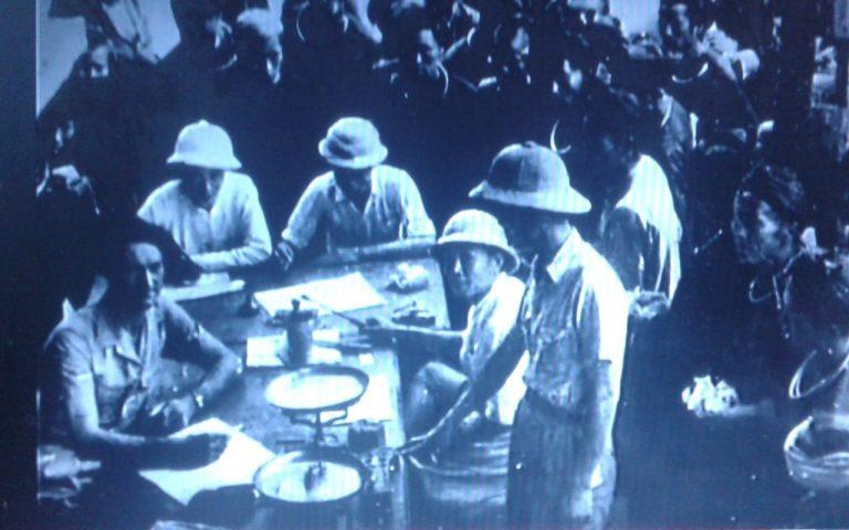 Французские солдаты покупают опиум
