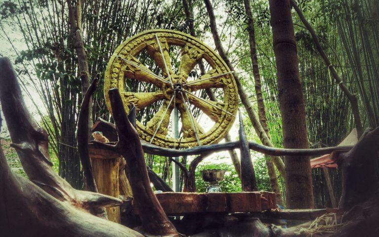 Колесо Дхармы в бамбуковом антураже