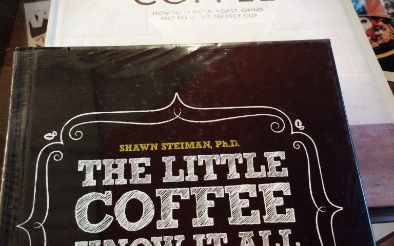 Черпаю информацию о кофе из книг