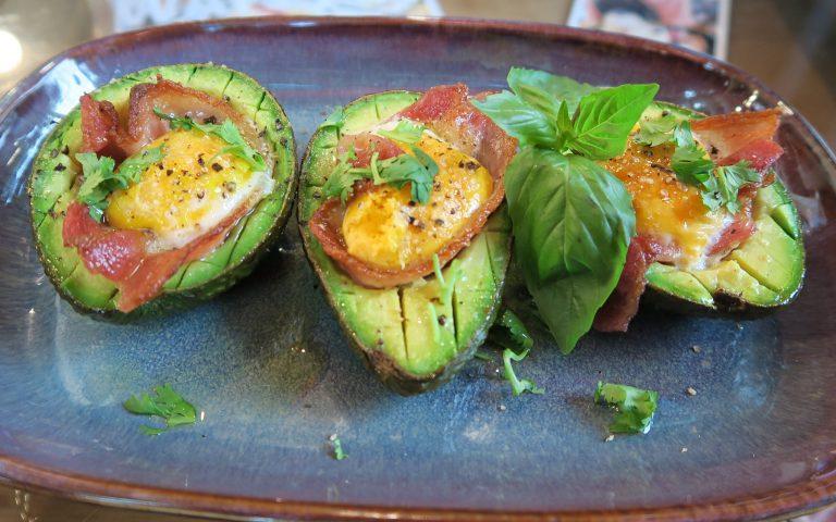 Печеные авокадо с беконом, яйцом и базиликом
