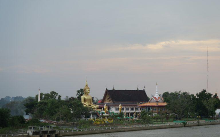 Буддийский храм на берегу реки