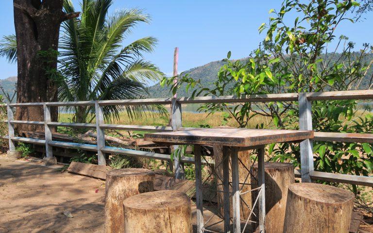 Обеденный столик на берегу Меконга