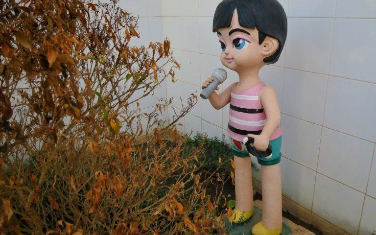 Девочка-караоке с тамбурином