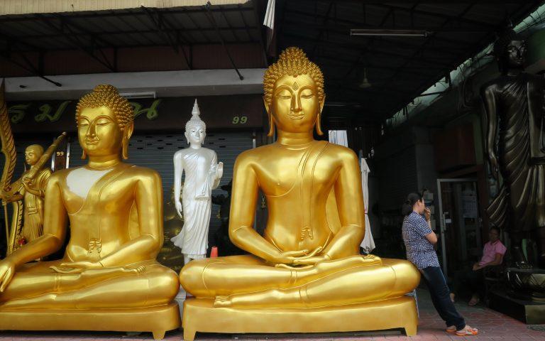 У Будды на колене